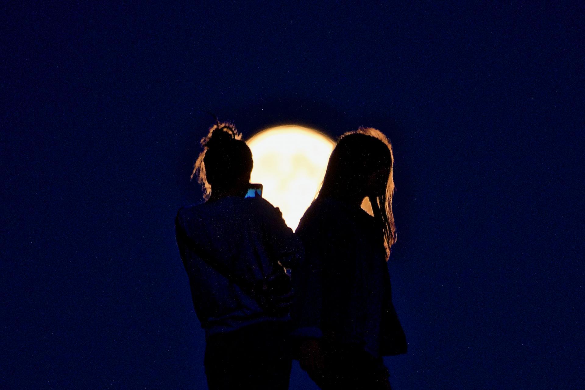 Des filles dans la Lune