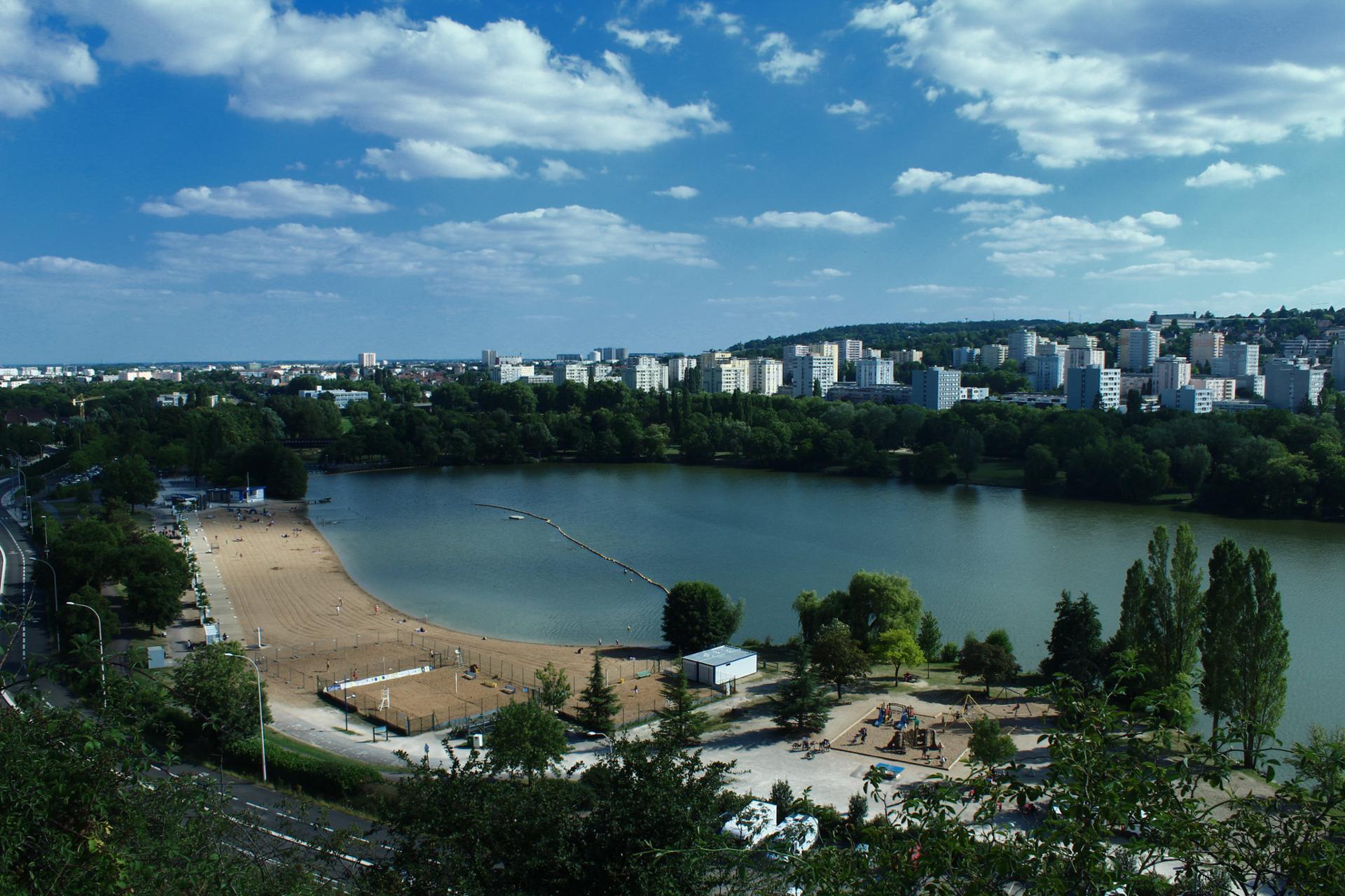 Lac Chanoine Kir de Dijon avec la cité Fontaine d'Ouche.jpg