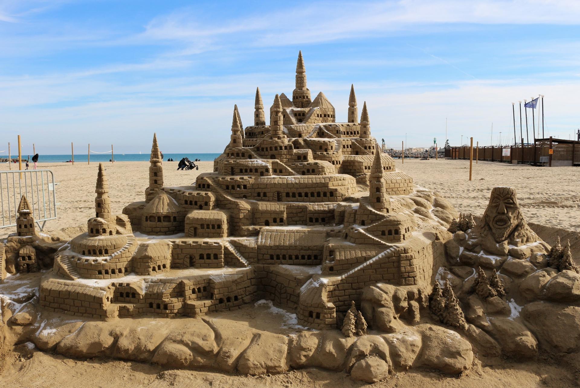 Jouer dans le sable. Bravo l'artiste