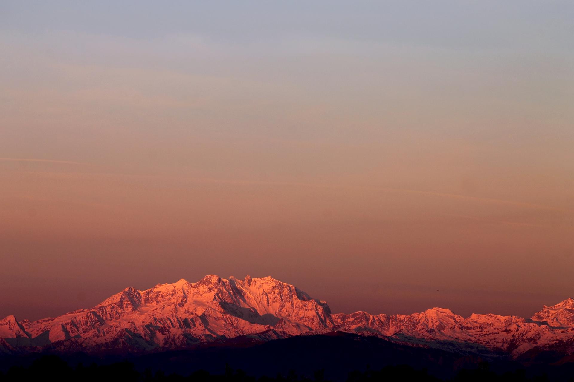 Lumières de l'aube sur les Alpes