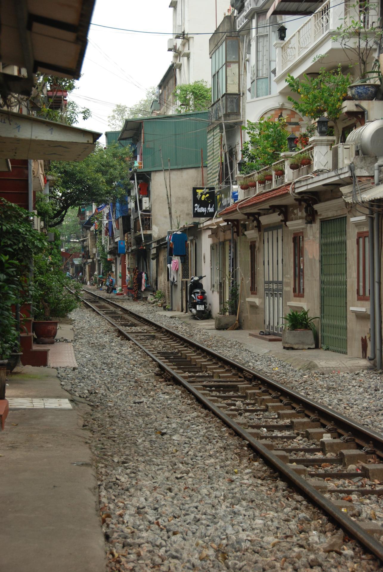 La voie de chemin de fer au pied des maisons