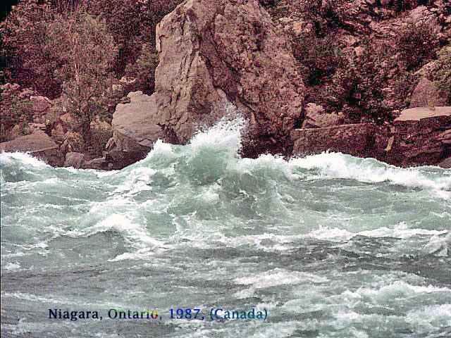 les tourbillons rugissants de la rivière Niagara, 1987, Ontario, Canada.