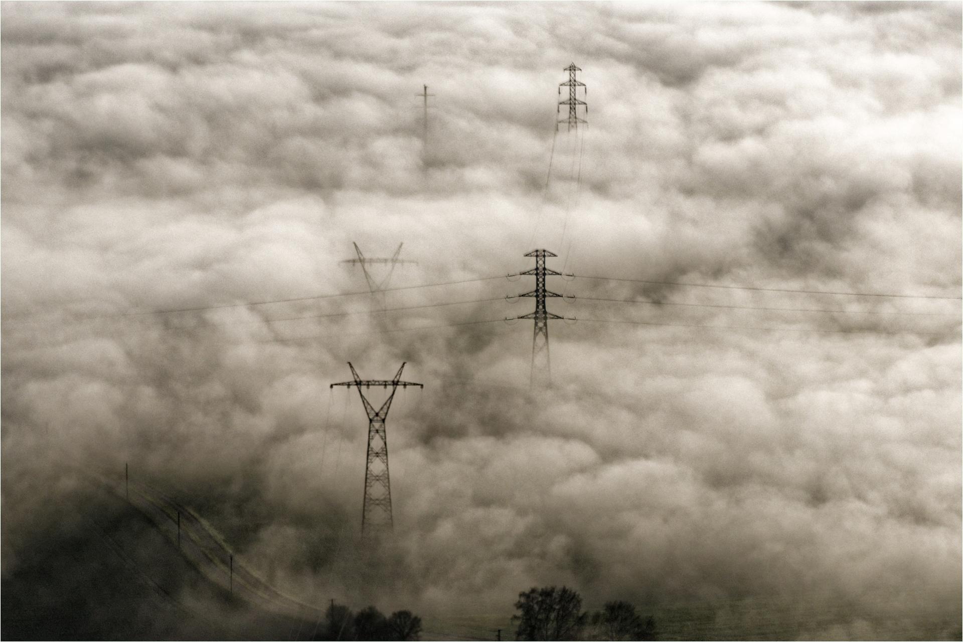 pylônes brumeux