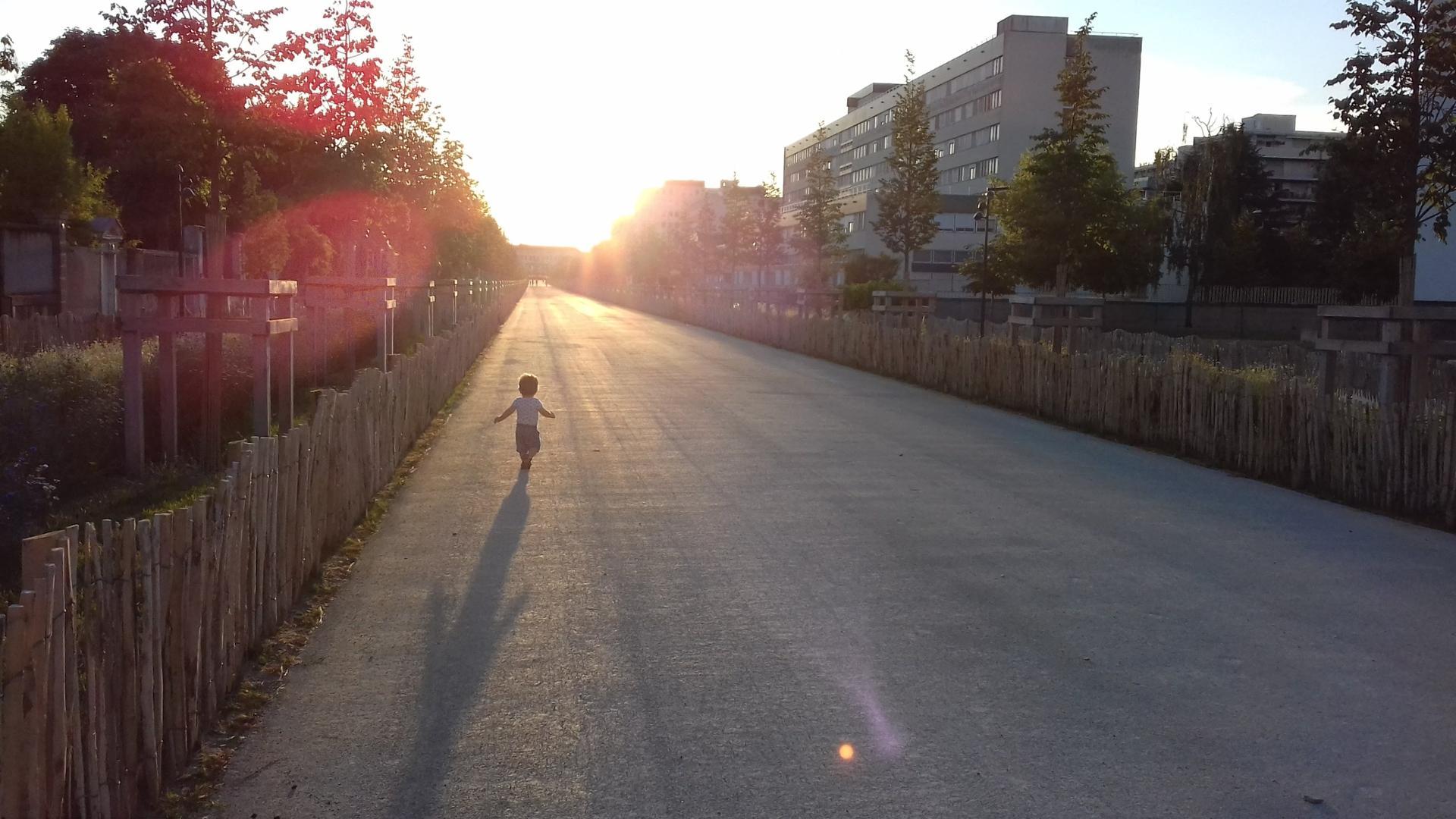 La ville devant nous, la vie devant lui