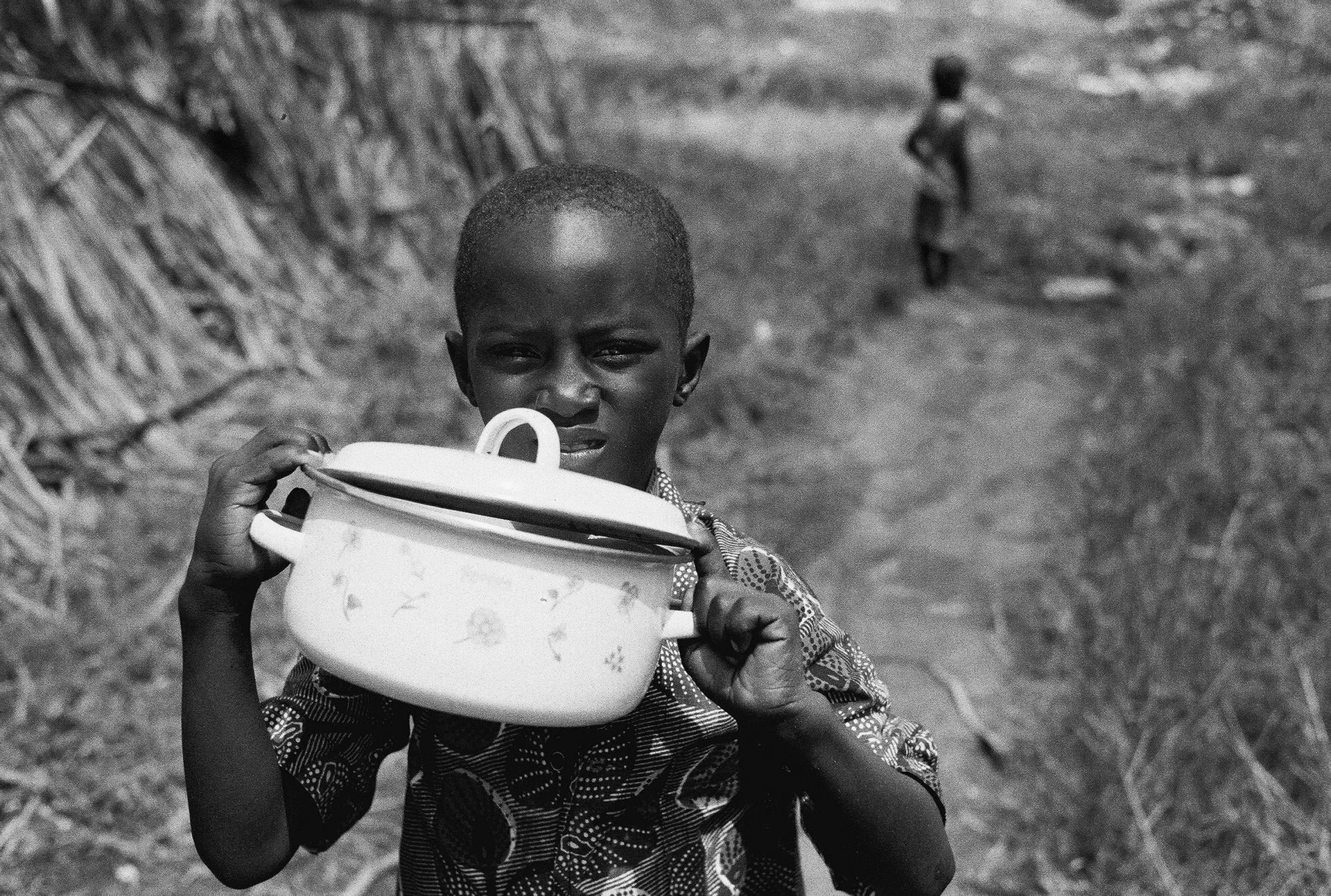 L'enfant et la marmite, Pikine, Senegal. 2005