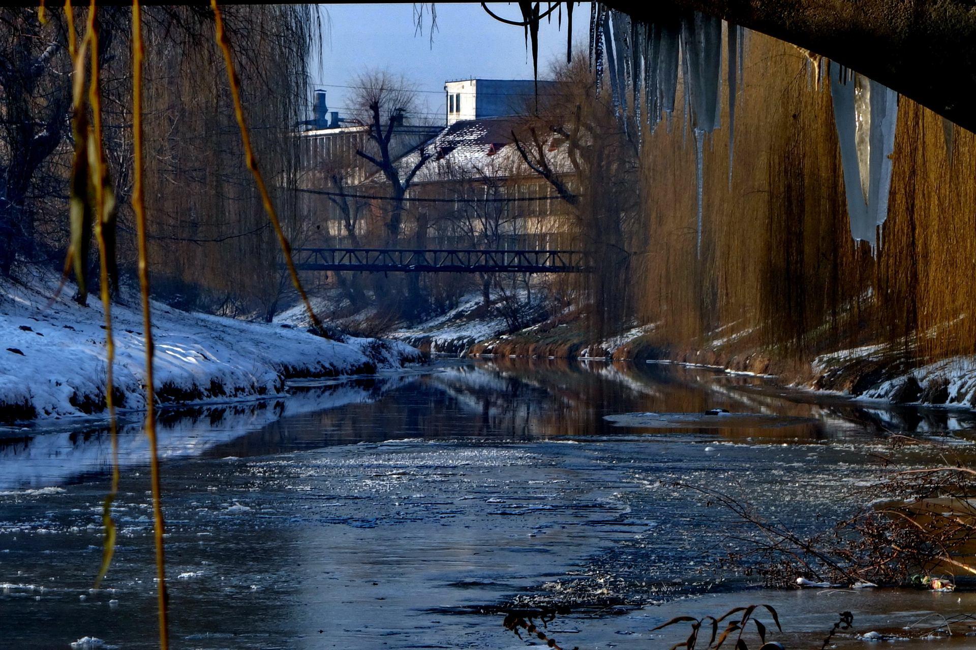 eau coule sous le pont.JPG
