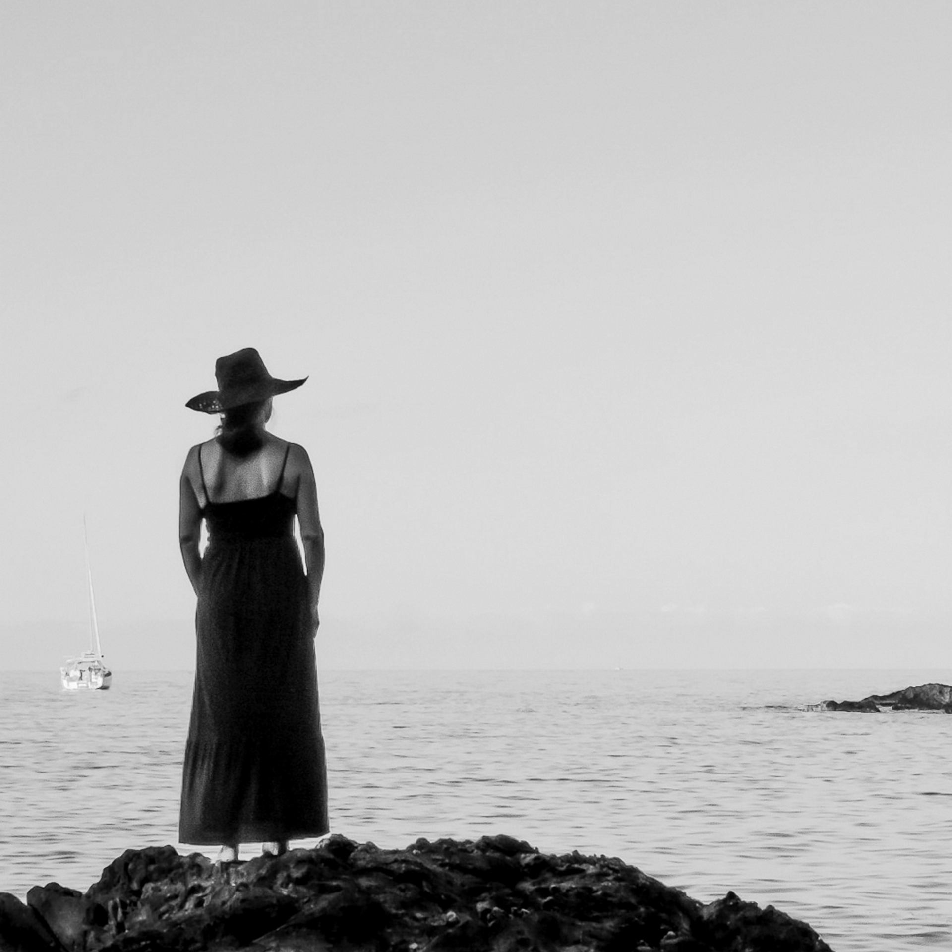 The woman who contemplates the sea