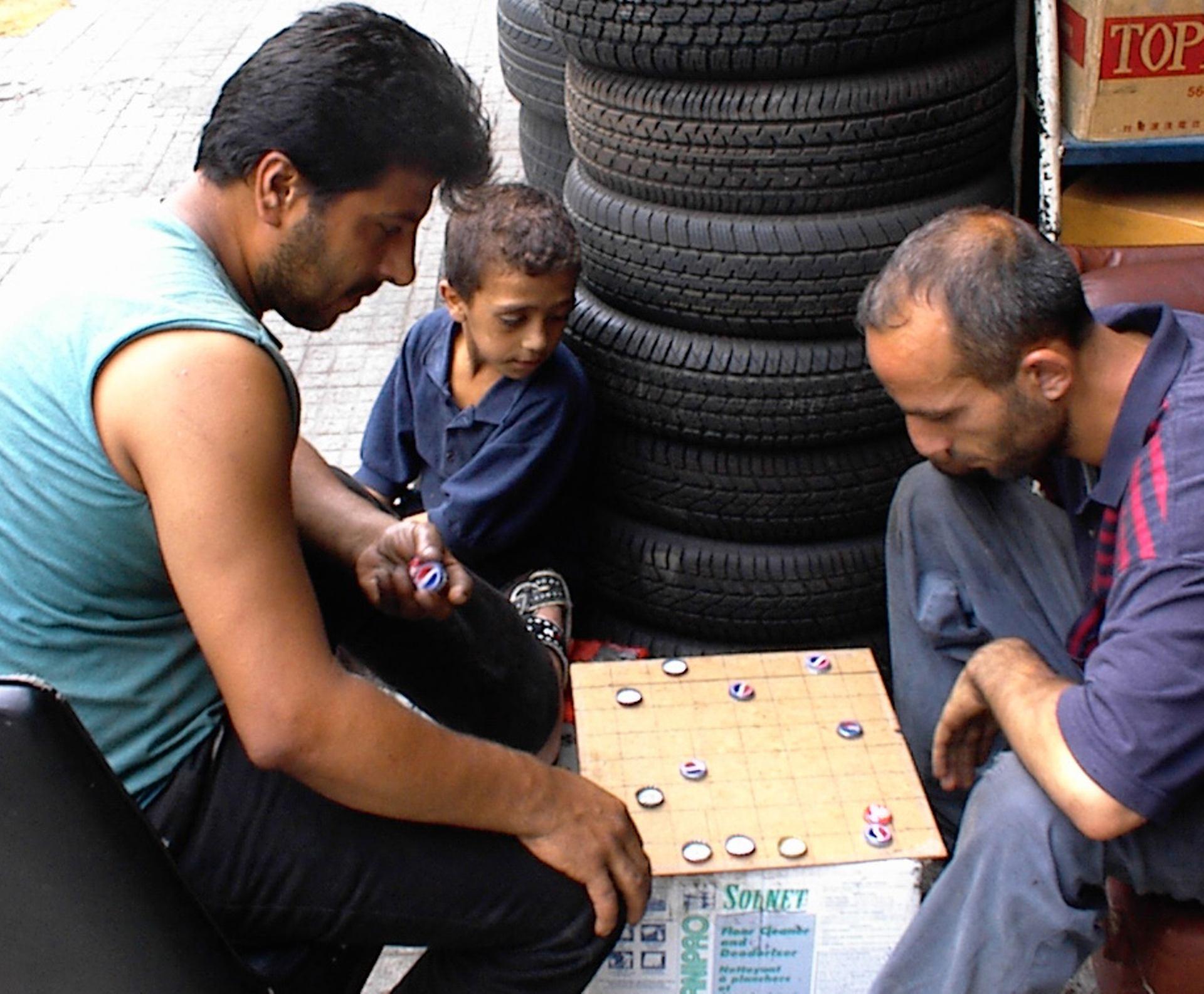 Joueurs de dames avec des capsules de Pepsi, à Beyrouth.
