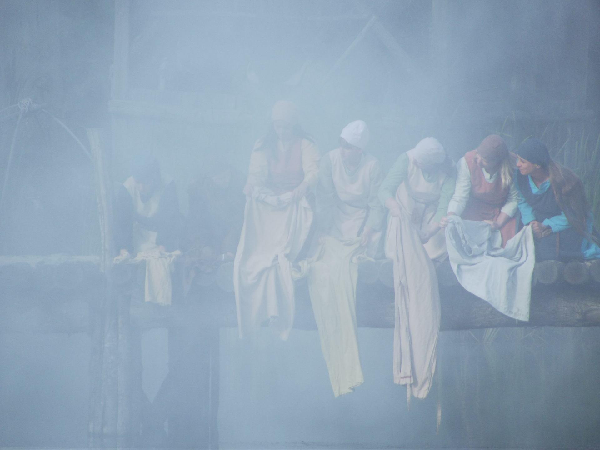 femmes au lavoir dans la brume