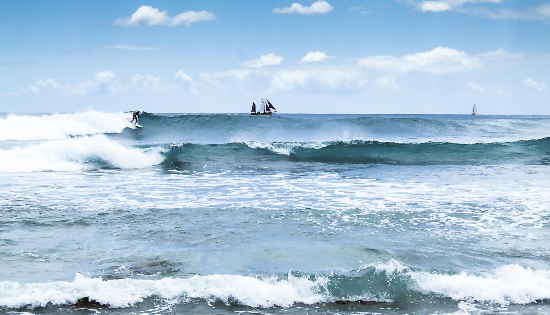 le surfeur, les bateaux et la mer