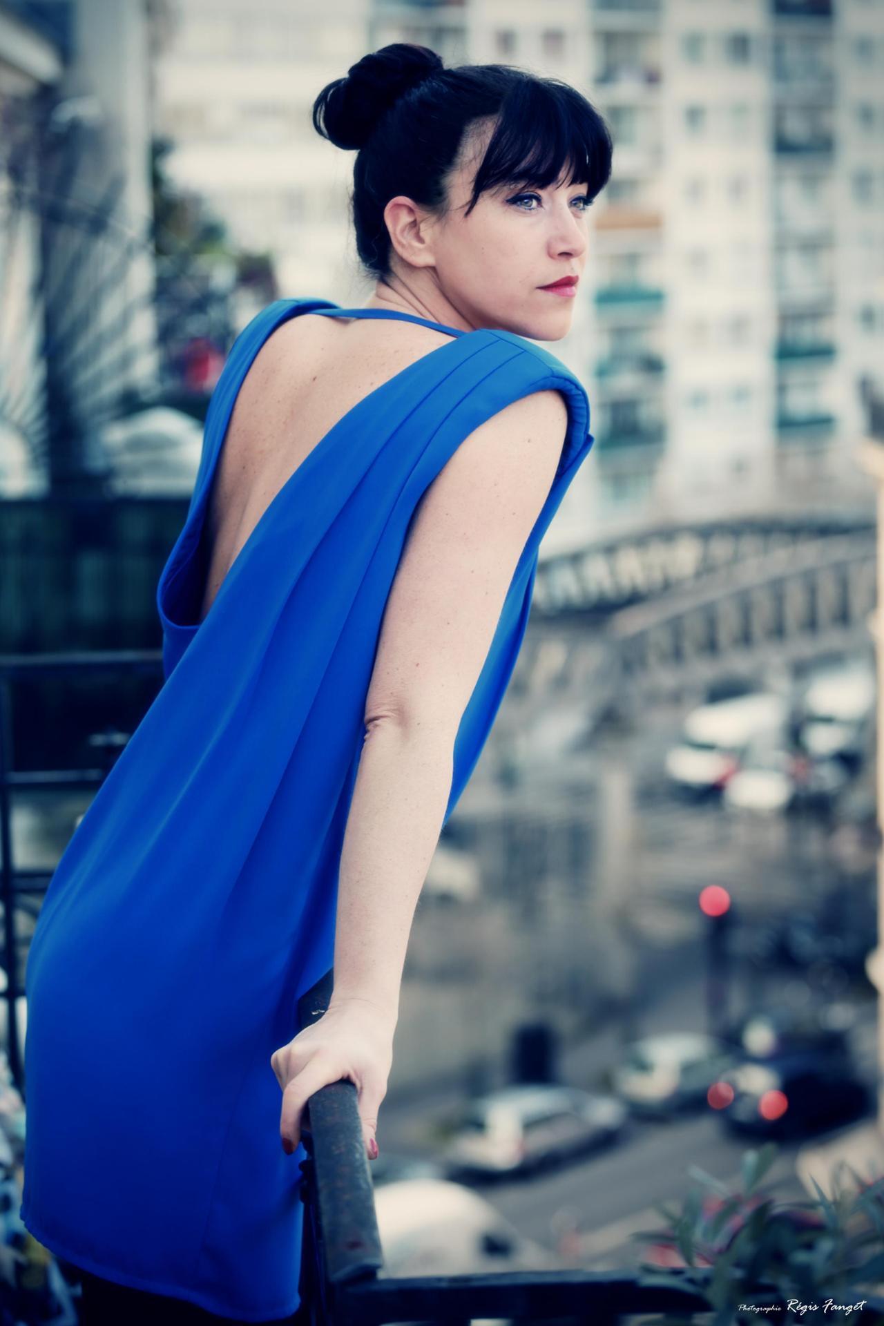 la pensive en robe bleue