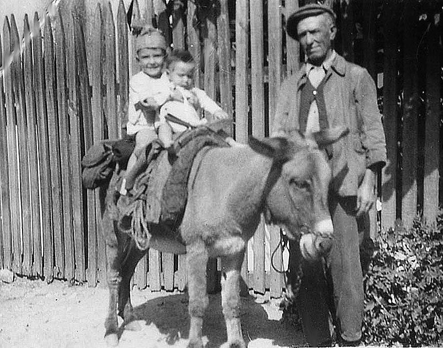 Le grand père et ses petits enfants fin des années 40