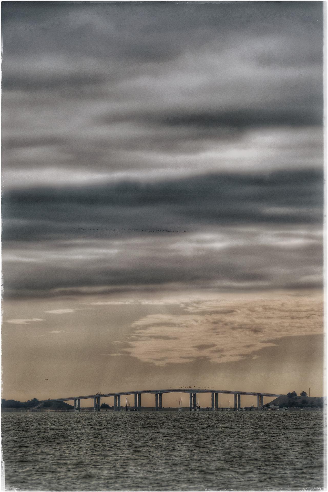 Derrière le pont?